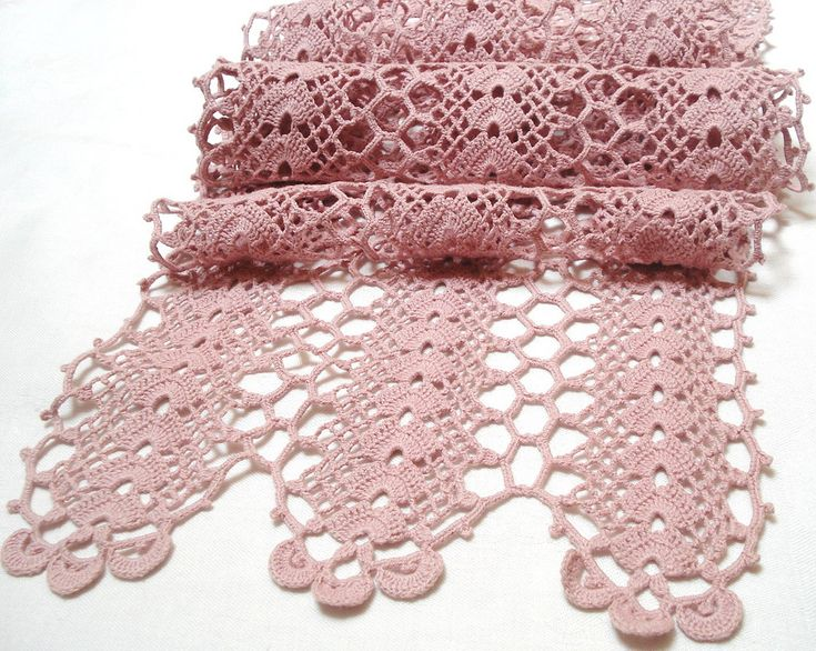 pink crocheted runner (vintagelinens)