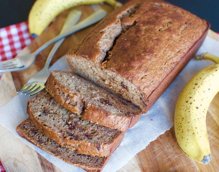 Lækkert bananbrød med mørk chokolade er perfekt, hvis du leder efter noget sødt og sundt til kaffen. Nemt at lave, og smager fantastisk.