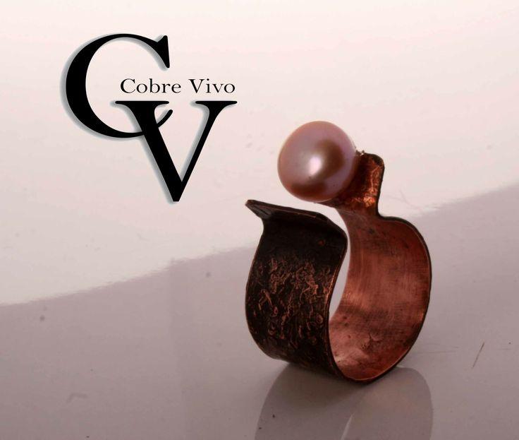 Diseño en cobre texturado y envejecido, anillo con un detalle de perla #joyasdecobre para Cobre Vivo