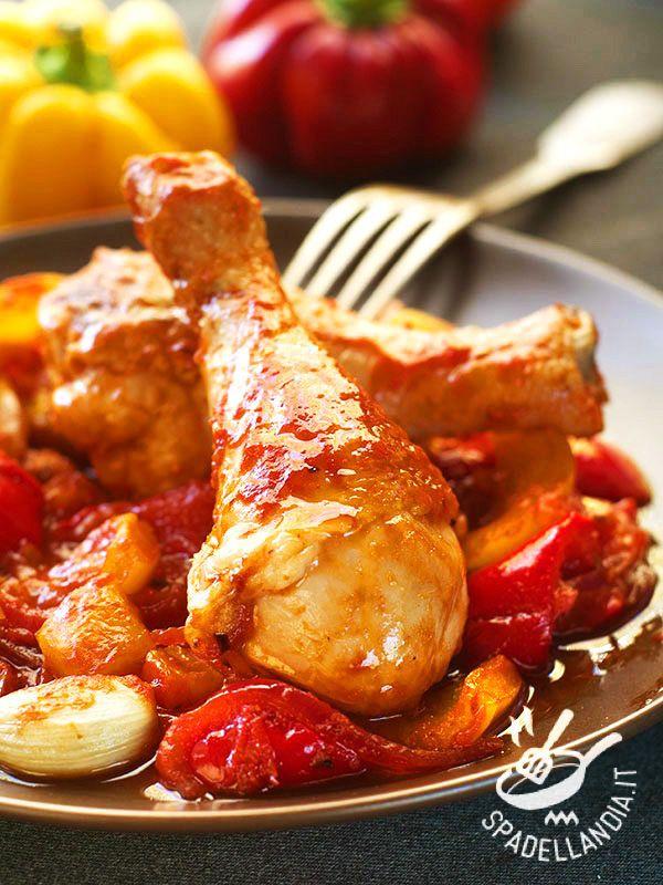 Chicken with peppers and cherry tomatoes - I Fusi di pollo con peperoni, pomodorini e aglio sono gustosi e semplici, un piatto all'insegna della tradizione e degli ingredienti genuini. #polloconpeperoni