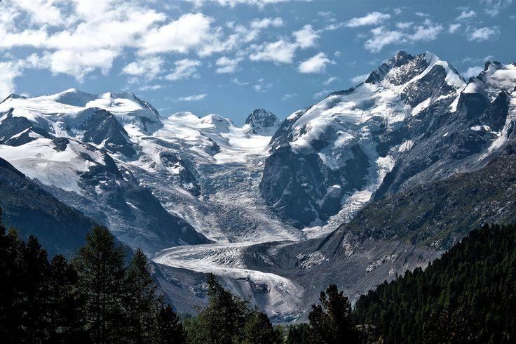 Βουνά, χιόνι, ουρανός, σύννεφα, δάσος διανυσματικό