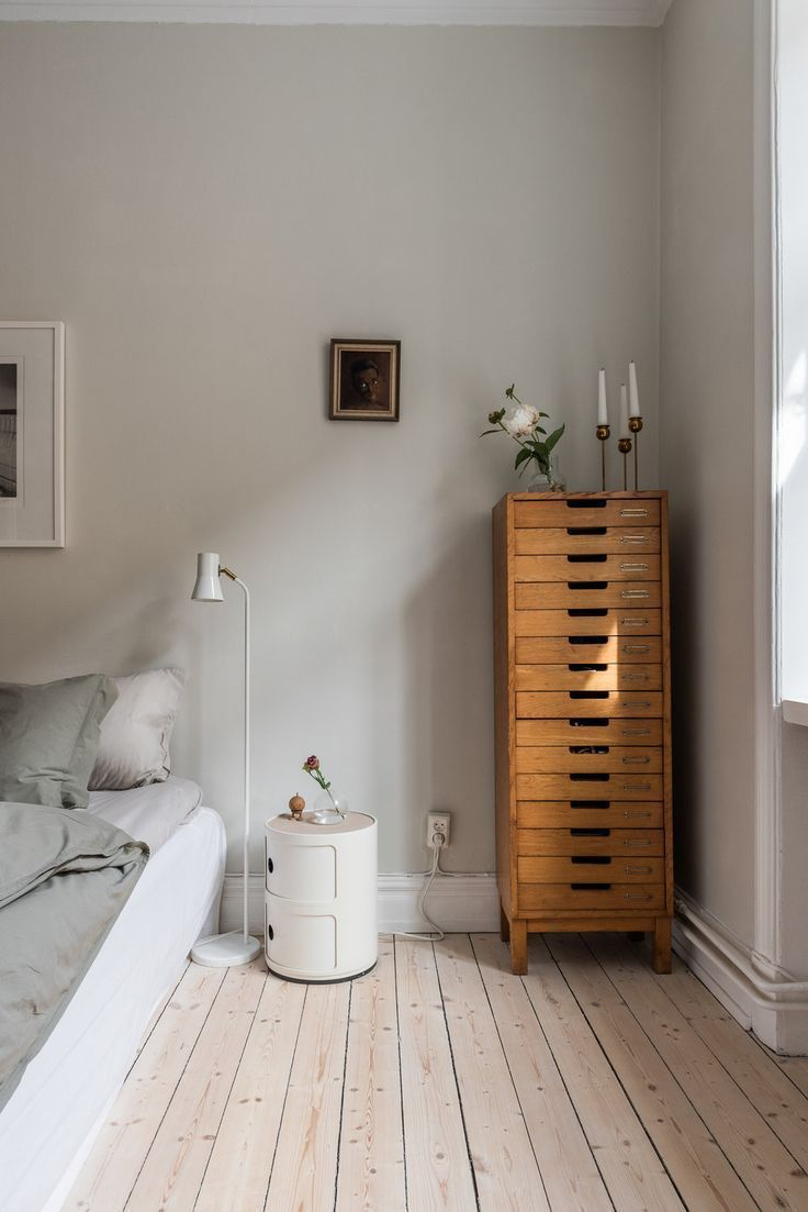 The small bedside table by Kartell completes this bedroom furniture
