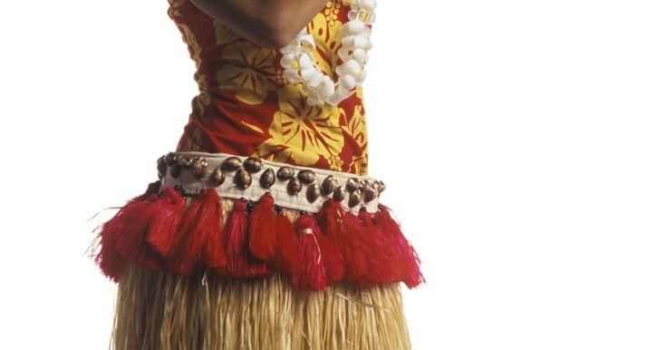 Como fazer saias havaianas de tecido. As saias havaianas são uma vestimenta tradicional no Havaí, e geralmente são feitas de ráfia -- fibras de uma palmeira, cortadas e trançadas. A ideia original era criar uma saia que fosse até o joelho, ou mais longa, e que proporcionasse um movimento rápido no acompanhamento da dançarina que a estivesse usando. Ainda que essas saias sejam hoje ...