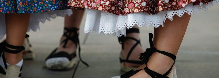 Espardenya: és una peça de calcer que té la sola feta o bé de fibra d'espart (origen del seu nom) o de cànem. A Catalunya i el País Valencià, així com a les comarques de Múrcia, ha agafat caire de calçat nacional. La típica espardenya empordanesa és blanca i cobreix amb tela tot el peu.