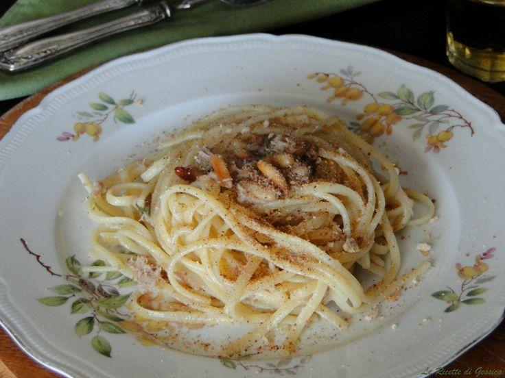 Ricetta Siciliana degli Spaghetti al tonno pinoli e mollica tostata. Un primo piatto semplice e veloce. Pasta con il tonno e mollica abbrustolita.