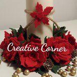 Deliziosi centrotavola natalizio in feltro. Base in sughero e feltro di 16 cm decorato con rose e pigne. Ideale per decorare la tavola durante le feste di Natale. È possibile realizzarli nei colori...