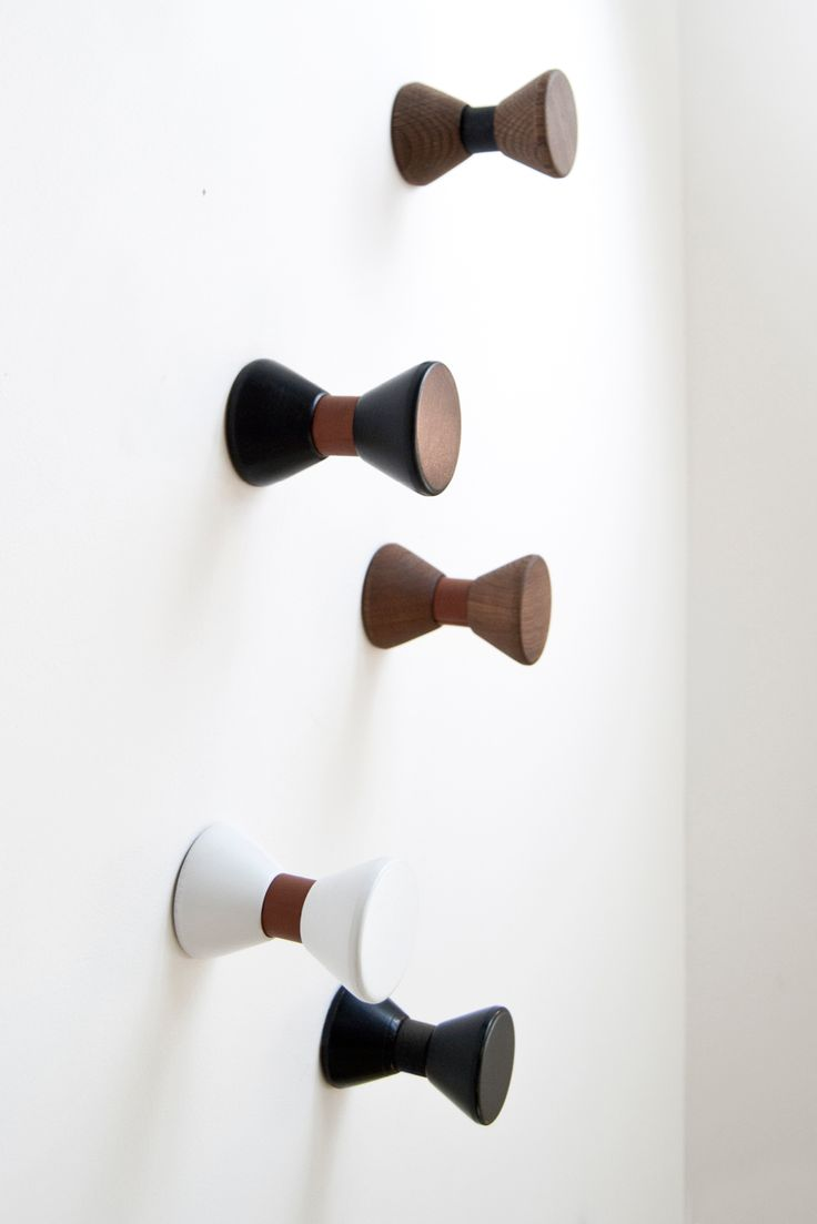 Stylish Bow Tie hook from the Danish brand, Gejst. The series of Bow Tie hooks are inspired by the iconic look of the bow tie. Made of leather and wood, the Bow Tie hooks combine exquisite materials for a simple and elegant design.