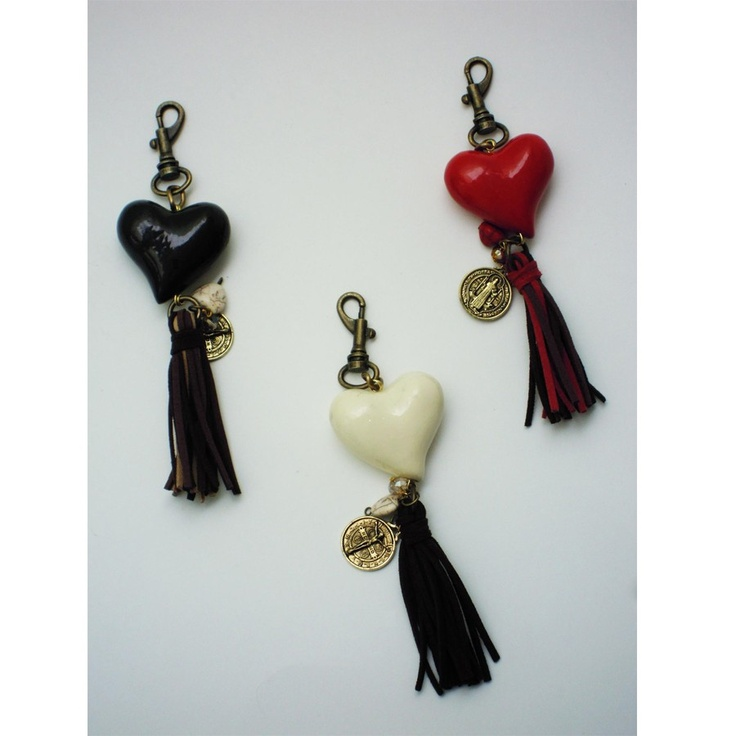 Llavero con un elegante corazón, mota de gamuza, dijes y medalla de San Benito. $139.00 https://enviaregalo.com/producto/accesorios-ella/llavero-con-corazon/