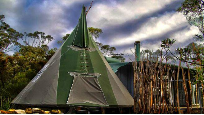 Escápate con tu pareja a este tipi romántico en las Montañas Azules de Australia. Este tipi no es uno cualquiera: tiene jacuzzi y chimenea, entre otras cosas. Déjate llevar por la belleza natural de Nueva Gales del Sur con alguien especial a tu lado. Quédate en la cama o junto a la chimenea todo el día si lo prefieres, aunque hay acceso fácil a rutas de senderismo en Bowen's Creek, perfecto incluso para parejas no muy aventureras.