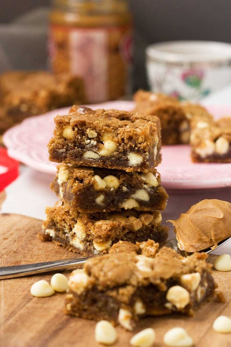 These Biscoff spread & white chocolate blondies taste like cookies and caramel!