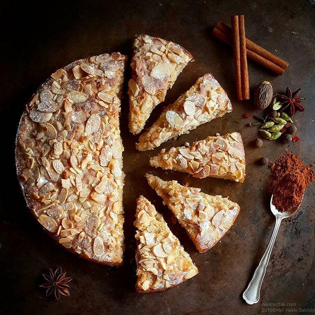Sekiz Baharatlı Elmalı Bademli Tereyağlı Kek'in pişerken ortama yaydığı kokudan bahse...
