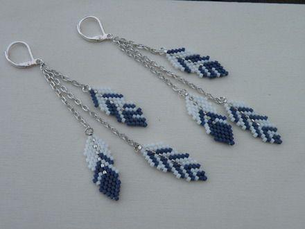 Modèle de Vinjuleve : plumes perlées de 2.8  cm, tissées à la main , réalisées avec des delicas argenté, blanc et bleu marine. Longueur totale de la boucle d'oreille 9,5 cm - 19084284