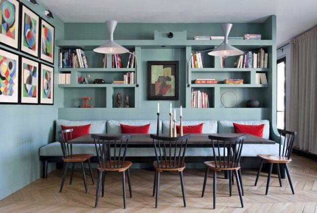 A retenir: la banquette confortable plus large que la table et la bibliothèque derrière. On peut même faire des placards derrière les dossiers pour ranger les couettes, habits, archives, etc