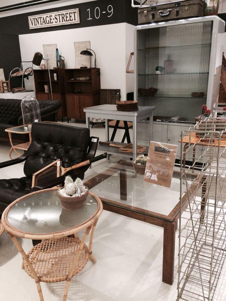 Loungestoel bentwood en rohe patiotafel