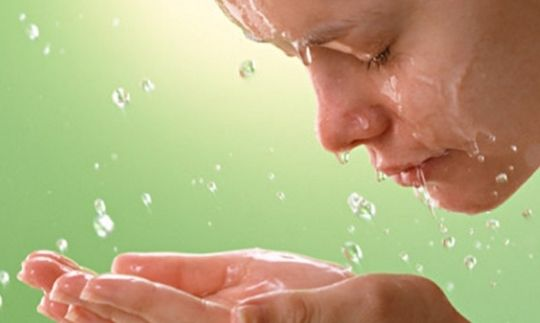 Омолаживающая маска.  Делать ее нужно дважды в год - по 2 недели.  · 1 столовая ложка меда  · 1 столовая ложка сметаны  · 50 г творога (приблизительно половина маленькой пачки)  · 1 яйцо  · 6 капель лимона  · по 1 ампуле алоэ, витамина В1 и В12 (продается в аптеке)   Все ингредиенты смешать в стекле. Наносить вечером на очищенное лицо (и под глаза тоже) на 15-20 минут, после кремом не пользоваться. И так 2 недели. Хранить маску в холодильнике, в закрытой посуде, лучше стеклянной…
