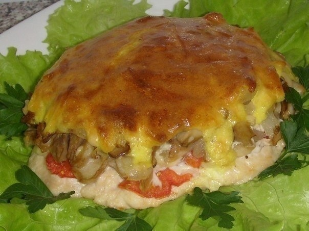 Мясо с грибами под нежной, хрустящей корочкой  Ингредиенты:  Мясо (свинина, курица) - 500 гр. Грибы - 300 гр. Лук - 2 шт. Чеснок - 2 зубч. Сырок (дружба) - 1 шт. Майонез - 2 стол.л. Яйцо - 1 шт. Помидор - 1 шт.  Приготовление:  1. Мясо хорошо отбить,смазать смесью (майонез,аджика,соль,перец,чеснок).Дать ему помариноваться (2 часа.) 2. Грибы(у меня лесные)обжарить с луком+соль,перец+1 ч.л. майонеза. 3. Сырок натереть на крупной тёрке+чеснок изм.+1 стол.л. майонеза+1 яйцо(сырое)+соль,щепотка…