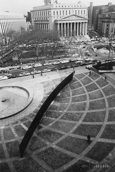 Название: «Наклонная арка» («Tilted Arc») Авторы: Ричард Серра (Richard Serra) Место: Федеральная площадь, Нью-Йорк, США Время: 1981 – 1989 гг. «Наклонная арка» («Tilted Arc»)