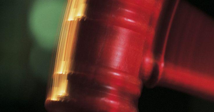 ¿Cuánto gana un abogado litigante en un año?. Convertirse en un abogado requiere, por lo general, de siete años de educación superior, compuesto de cuatro años de estudio para obtener un título de pre-grado y tres años en la facultad de derecho. La facultad de derecho es un programa académico desafiante que incluye muchas horas de trabajo en clase e investigaciones en bibliotecas jurídicas ...