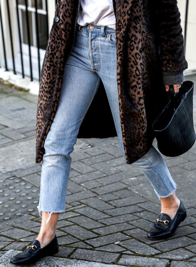 Mocassins noirs + jean coupé court sur la cheville + manteau imprimé léopard = le bon mix