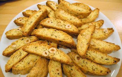 Cantucci - Ricetta per preparare i cantucci, i tipici biscotti secchi toscani, ottimi da servire in abbinamento al vino santo toscano per i vostri dessert.