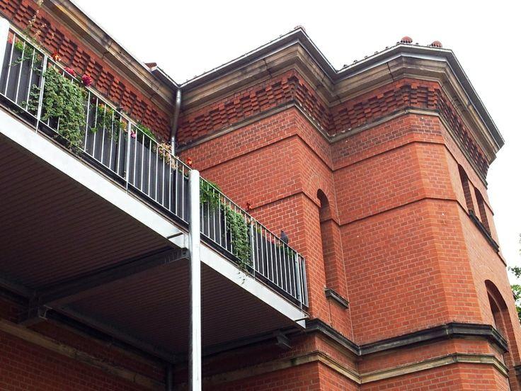 Das Dragonercarrée in Hannover List Vahrenwald: aufgeständerter Balkon am ehemaligen Kasino. - aufgenommen vom Makler in Hannover: arthax-immobilien.de