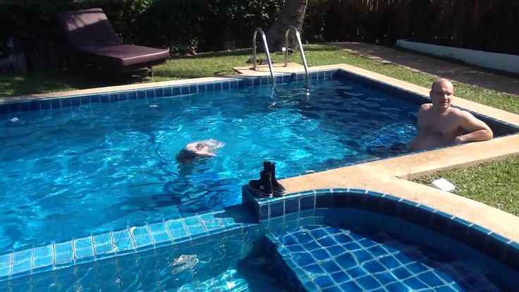 Медва плавает с русалочьим хвостом