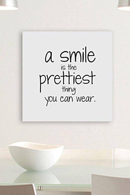 Wandbild von Home affaire. Welcher schlaue Kopf auch immer für dieses Fashion-Zitat  verantwortlich ist – sie oder er hat den Nagel auf den Kopf  getroffen! Und weil so viel Wahrheit einen gebührenden Platz  braucht, hängen wir uns dieses poetische Highlight einfach  zu Hause an die Wand. So werden wir schon morgens daran erinnert, mit einem Lächeln in den Tag zu starten!