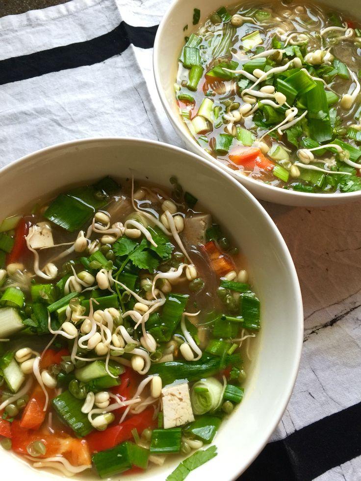 Vietnamilainen pho-keitto tofulla. Modasin alkuperäistä Sopan reseptiä vaihtamalla paistin tofuun ja lisäsin paparikaa joukkoon. Maukas. Ja tulinen, kun sattui sirpalka chiliyksilö, enkä jaksanut ottaa siemeniä veke. Yksinkertainen ja hyvä keitto noodelista, iduista, protskusta ja yrteistä.  https://www.soppa365.fi/resepti/27074/oikaisijan-pho-keitto/