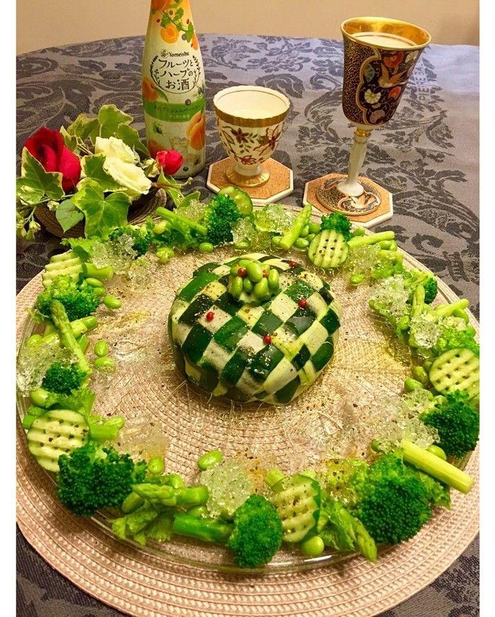 ぱあるさんのズッキーニの編み込み爆弾 を包囲する緑オンリーサラダ フルーツとハーブのお酒 で作ったジュレ乗っけ 爆弾 の中身は 次に投稿します #snapdish #foodstagram #instafood #food #homemade #cooking #japanesefood #料理 #手料理 #ごはん #おうちごはん #テーブルコーディネート #器 #お洒落 #ていねいな暮らし #暮らし ##パーティー料理#おうちクリスマス #クリスマスメニュー #クリスマス #クリスマス料理 #編み編み #ズッキーニ #サラダ #salad #編み込み https://snapdish.co/d/T0qiSa