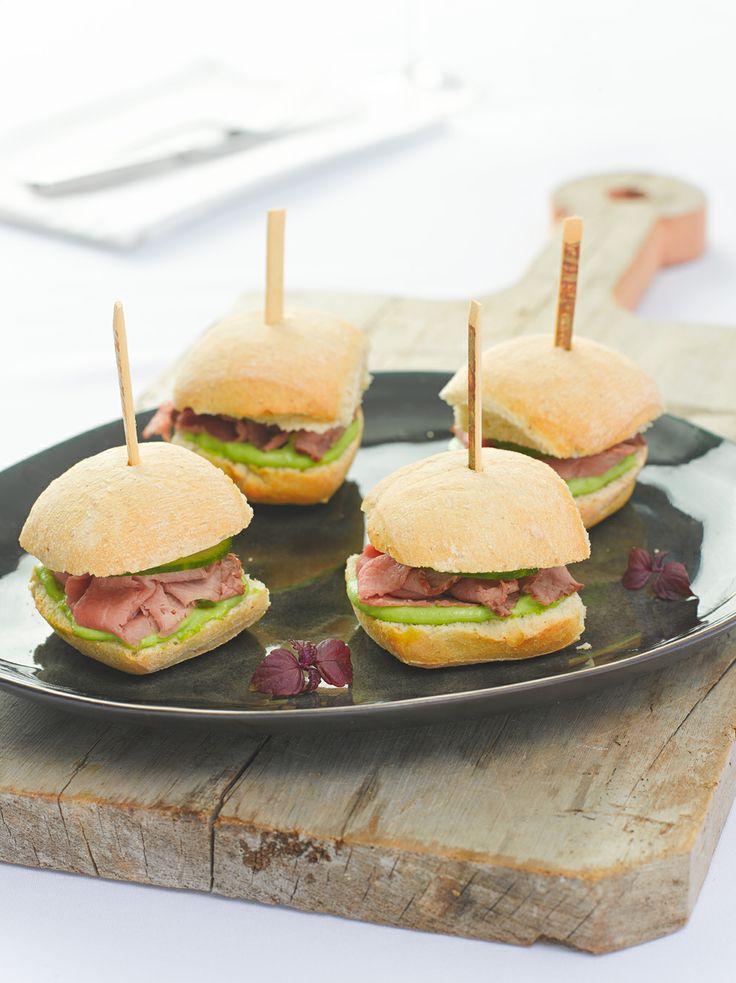 Mini broodjes met kerrie-rosbief en doperwtenmayonnaise