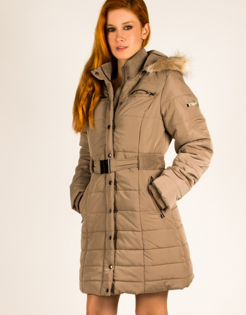 Long quilted jacket with hood and fur details, belt on the waist and zipper closure.