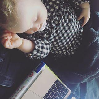|WORKING MOM LIFE|  Nur 3h Schlaf, ständig der innerliche Druck etwas vergessen zu haben und immer neue Ideen im Kopf. So ist es als arbeitende Mama mit eigenem Business. Aber, es gibt nichts schöneres!!!! Plus, mein kleiner Engel kann immer dabei sein (zumindest im Schlaf) und ich verpasse keinen Moment mit ihr 💖  Wem kommt das bekannt vor?  #mompreneur #arbeitendemama #dankbar #business #onlinebusiness #doit