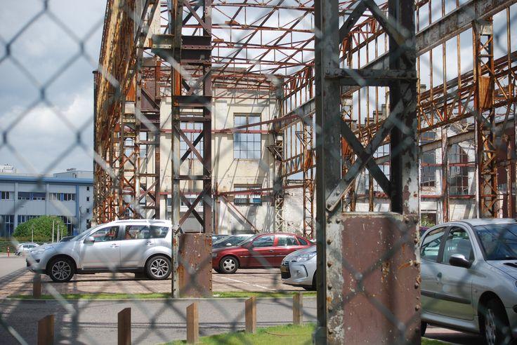 Hijschgebouw Hengelo. Het skelet moest verdwijnen nadat auto's beschadigd raakten door vallend metaal.