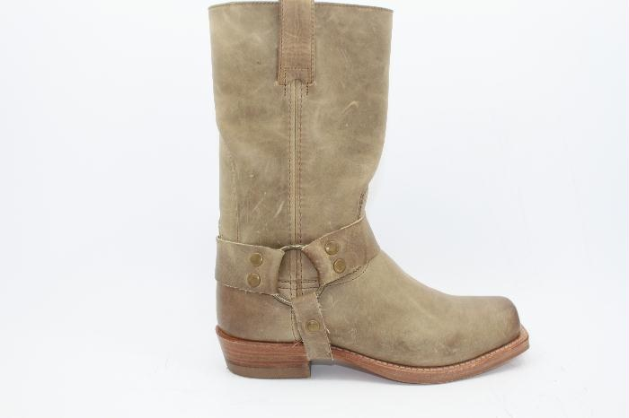 Sendra laarzen half hoog in het taupe leer met stoere buckle om de enkel.. uitgevoerd met lage hak.