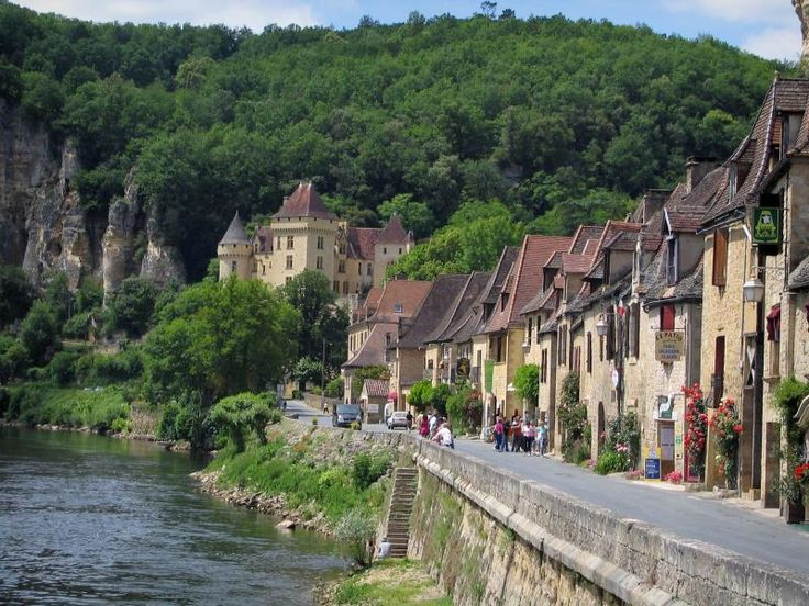 La Roque-Gageac: River (Dordogne), dorpshuizen, Malartrie kasteel op de achtergrond en bomen, in de Dordogne vallei, in de Perigord - France-Voyage.com
