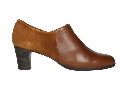 Zapato de color marrón con acabado de serraje en el talón