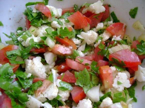Салат из цветной капусты, помидоров и свежих огурцов