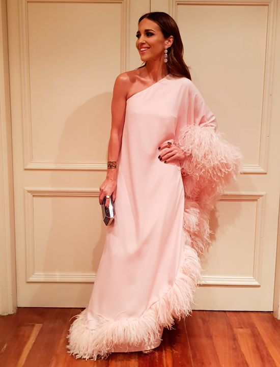 Tras la pista de Paula Echevarría » PREMIOS FEROZ 2018. Light pink one shoulder feather maxi dress+golden strappy heeled sandals+purple and gold clutch+long earrings. Winter Black-Tie Evening Event Outfit 2018