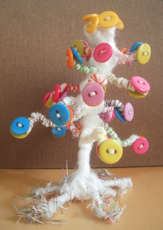 Árbol fabricado con alambre, lana, botones e hilos de colores.