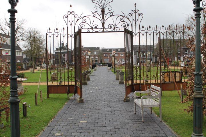 't Achterhuis in Udenhout, Noord-Brabant  Poort staat in het park opgesteld, kom maar kijken naar de werkelijke afwerking