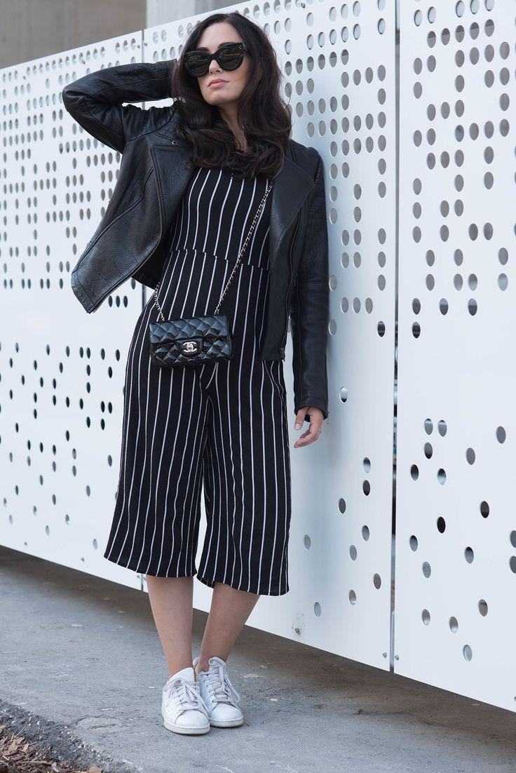 Модный блоггер Fardoe цве Коко & Вера носит полосатый Мисси Империи комбинезон с Adidas Стэн Смит кроссовки и Шанель мини сумка
