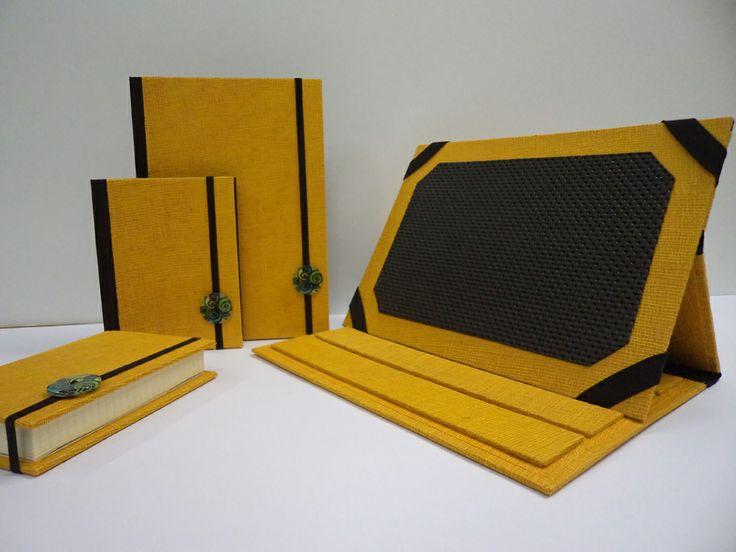 Completo scrivania e porta Tablet - Linea bottone.  realizzato in carta cotton wax gialla.