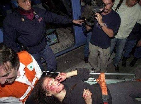 Una ragazza fuori dalla scuola Diaz dopo il massacro