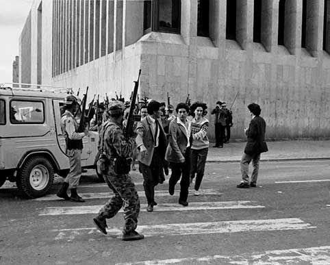 PALACIO DE JUSTICIA, 1985. 5:00 p.m Salieron del Palacio más rehenes y luego se reinició el tiroteo.