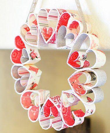 紙で簡単に作れるバレンタインのハートリース、豪華なフェルトのハートリース、かわいいリボンリース、ふわふわ毛糸のハートリースなどなど、おしゃれな手作りバレンタインリースの作り方をいろいろ集めました。   ハートがつながるリース  紙素材で簡単に作れる、見た目のかわいいハートいっぱいのリースです。  バレンタインリースとしてはもちろん、普段のお部屋を明るくかわいく飾ってくれます。     <材料>  両面印刷された紙素材を使います。スクラップブックの材料の紙は、厚手で形が整えやすく絵柄も綺麗で適しています。  雑誌や両面絵柄の折り紙などは薄手なので形を整えるのが難しいですが、ハート型さえ綺麗に作れれば利用できます。   <作り方>  ・幅3cm 長さ22cmの帯型に紙をカットします。 ・半分に折り目を付けます。    ・くるりと...