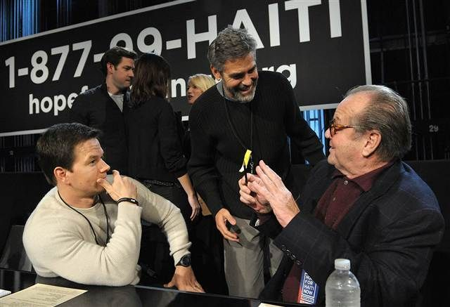 Marc Wahlberg, George Clooney, Jack Nicholson And John Krasinski (In The Background)  These Pictures Of Celebrities Hanging Out Together Are Totally Awesome • Page 2 of 6 • BoredBug