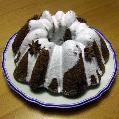 vánoční perníková2 hrnky hladké mouky 1 hrnek cukru 1/2 hrnku oleje 1,5 hrnku mléka 2 vejce 2 lžíce kakaa prášek do perníku kokos na vysypání formy poleva: 1 bílek 200g moučkového cukru šťáva z jednoho citronu badyán
