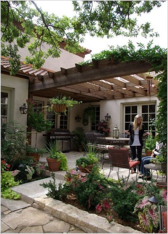 Jardin peque o decorado con piedras y pergolas for Jardines decorados con piedras