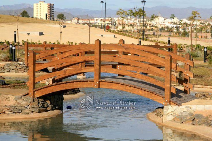 Puente de madera tratada de diseño curvo de alto valor estetico by navarrolivier.com