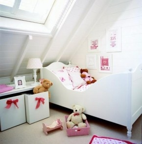 Meisjeskamer onder schuin dak.